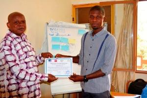 Le participation de L'association Mabasiyré(à droite) recevant son attestation