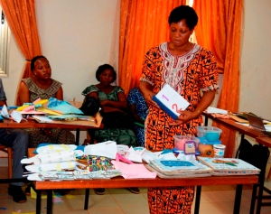 Le chef de file de la thématique, Sylvie Ouédraogo présentant les objets didactiques conçus durant la formation.