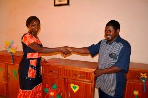 Le Représentant du Président du RODEB, Moussa Nikiema, remettant l'un des contenant à un bénéficiaire.